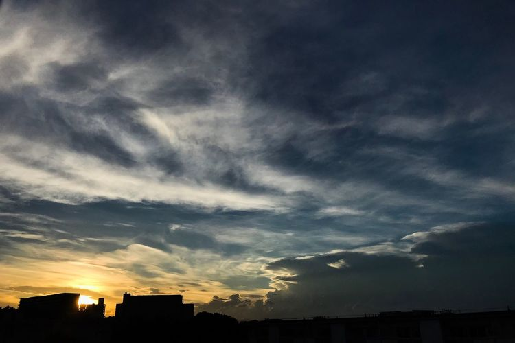 久々に夕陽を見た EyeEm Best Shots Cloud - Sky Sky Architecture Building Exterior Built Structure Nature Building Dramatic Sky Sunset