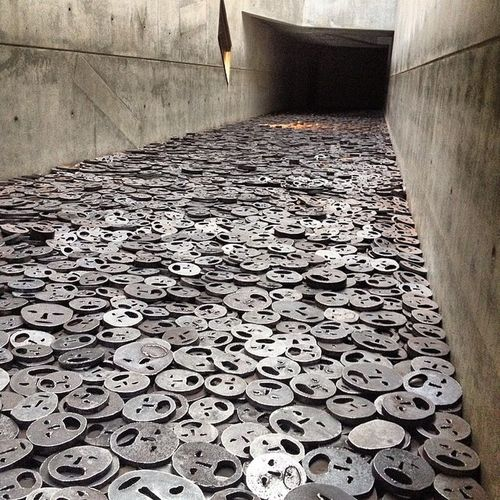 Berlin Jewishmuseum Thousandsoffacesmadefromsteel Representingthemillionsthatdied evilpeoplesuck