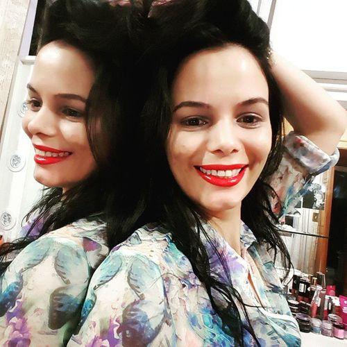 Eu mesma faço photomirror. Amo espelhos e eles me amam too ! Helloworld Lipstick Yvs number 1!!!