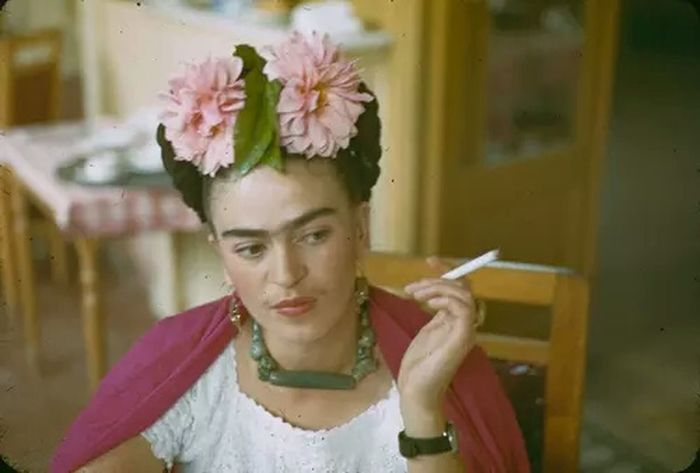 Relaxing Check This Out Taking Photos Enjoying Life Smoking Photography Frida Khalo Outstanding Legendary Feminism