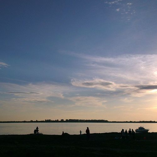 Люди отдыхают на  берег'у  Уссури в 30 метрах от жилого микрорайона. Далеко ехать не надо.  Хабаровск