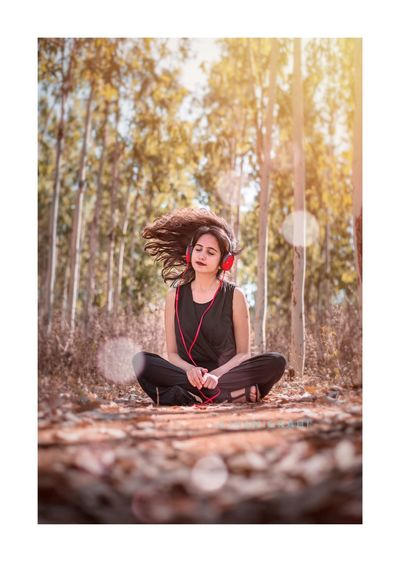 Music Fan Tree Women Young Women Sitting Portrait Beauty Smiling Forest Beautiful People Full Length