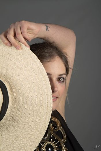 Studio Model Femme Woman Hat Chapeau