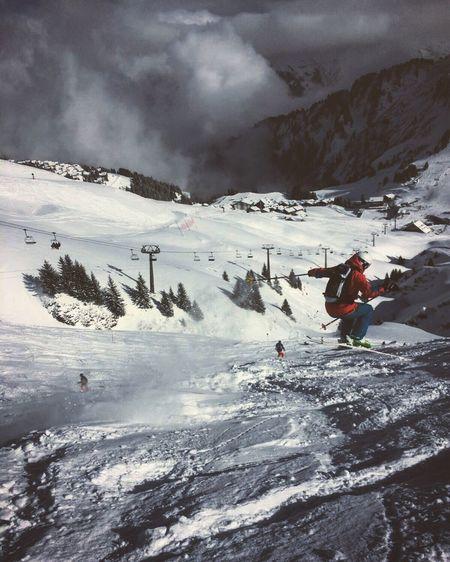 Ski... Jump... Dream of flying away :) ... Une journée de ski, rien de mieux pour se sentir vivant! Prendre de la vitesse et écouter le vent qui siffle dans ces oreilles, sentir la neige voler autour de nous sans vraiment nous toucher et sentir son cœur accélérer sous l'effet de l'adrénaline. Check This Out Switzerland Portes Du Soleil Skiing Fun Snow