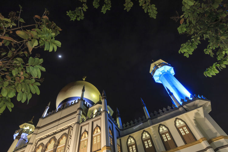 Main view of Masjid Sultan (Sultan Mosque) in Muscat Street at night - Kampong Glam. Muslim quarter, Arab quarter, is a popular tourist destination in Asia Singapore Marina Bay Sands Merlion Haji Lane, Singapore Arab Street Cityscape Modern Art Museum Buddah Tooth Relic Temple Kampong Glam