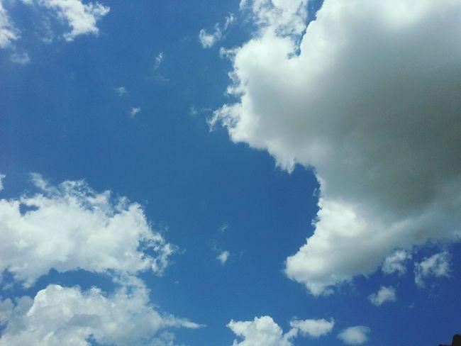 As vezes eu olho pro céu,e fico pensando que eu queria ser grande como ele,apenas ser livre,encherga um horizonte maior do q o vejo!???