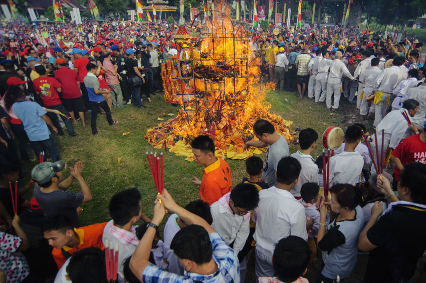 TING CO combustion process is carried out by several mediators deity, in the city Bagansiapiapi - Indonesia Adi Sudarto Bakar Tongkang Bakartongkang Festival Festival Bakar Tongkang Incense Incense Burner Incense Sticks Riau Indonesia Ritual Ritual Bakar Tongkang Rituals Rituals & Cultural
