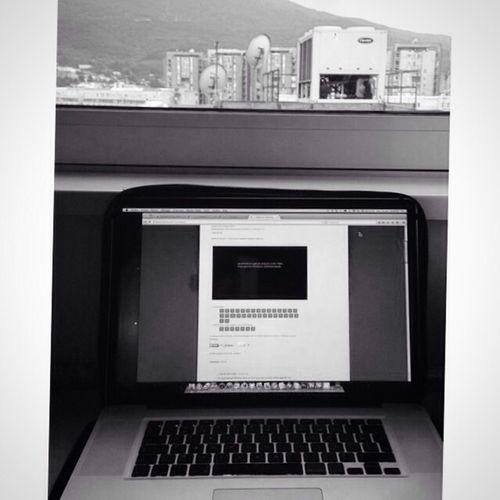 Skopje Macedonia Macedoine business Travail Laptop écran Screen Fenêtre voyahed'affaire Businesstraveler Noiretblanc Blackandwhite Gilgiuglio AgilPhoto
