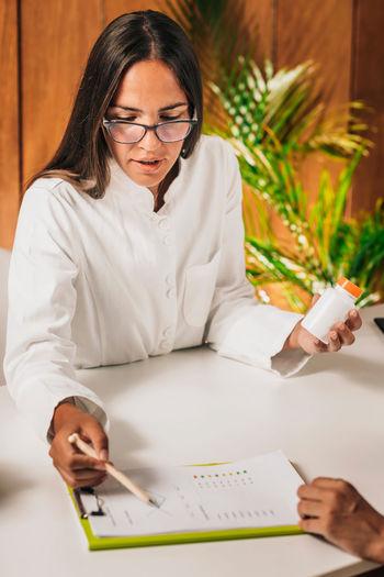 Female dietician advising a client, explaining nutrition basics