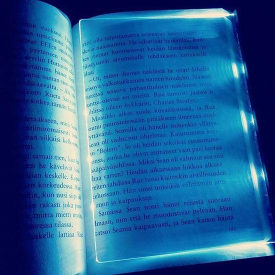 How awesome? 😂 Välineurheilu Lightpanel Readinginthedark Reading Book Books Booklover Bookaholic BookAddict Bookworm