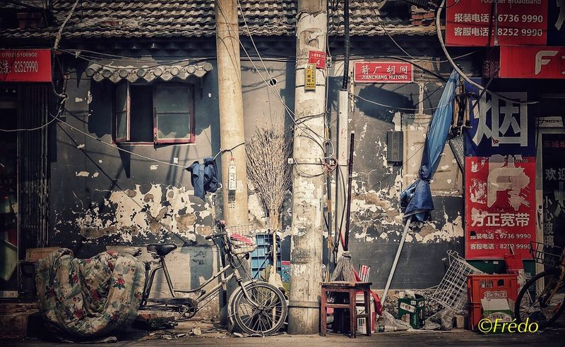 Hutongs. Griffures du temps Bicycle Built Structure Hutong Street Hutongs Building Exterior Architecture Outdoors Day City Beijing, China Eyem Best Shots BEIJING 北京 Eyeemphotography Street Photos😄📷🏫⛪🚒🚐🚲⚠ The Street Photographer - 2017 EyeEm Awards Photooftheday Streetphotography Eyemphotography BEIJING北京CHINA中国BEAUTY Eyem In Beijing China Photos Beijing Scenes City Travelgram Travel Destinations