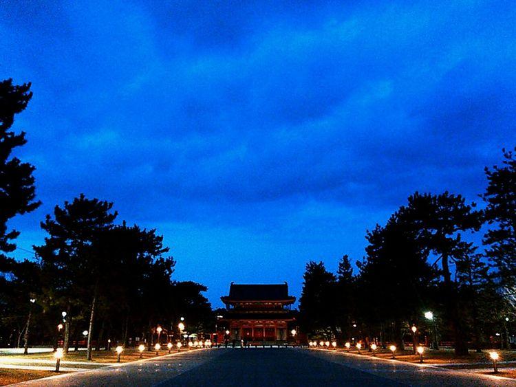 黄昏の平安神宮。Learn & Shoot: After Dark 京都 Kyoto 平安神宮 Heian Shrine 神社 Shrine 黄昏 Twilight Twilight Sky 街路灯 街灯Street Light