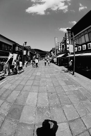 左に90度📷おサルのポーズ🐒ウッキー❗ 一目惚れんず 善光寺 (zenko-ji Temple) Sky Outdoors Large Group Of People Architecture Day Travel Destinations Built Structure People Adult City Adults Only Only Men Animal Themes Postcode Postcards