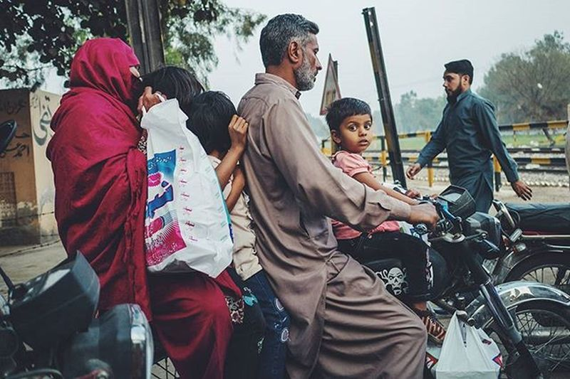 ASIA Pakistan Punjab Sahiwal Familytrip Streetphotography Drivebyshooting Kids Motorcycle 70ccm Trafficjam Panasonic  Lumix Cm Lumixg70 Lumixg7 15mm Leica Summilux @lumix_de Travelphotography VSCO F2 Dailylife Cityofcities @everydayasia