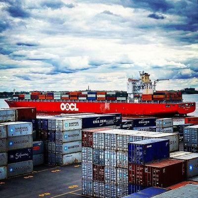 Un autre client satisfait! Oocl MTL PortMTL Logistics racine container hapagloyd fleuvestlaurent @portmtl landscape