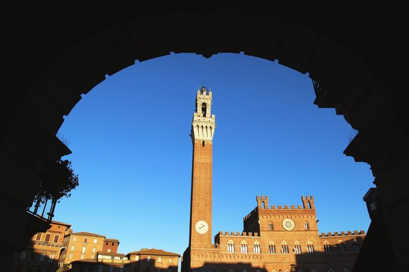 Campo, Siena - Palazzo reale framed by a bow. Siena Check This Out Hello World Siena Italy Piazza Low Angle View Palazzo Publico Palazzo Reale Evening Mood Architecture Italy Italy EyeEm Gallery Renaissance Architecture