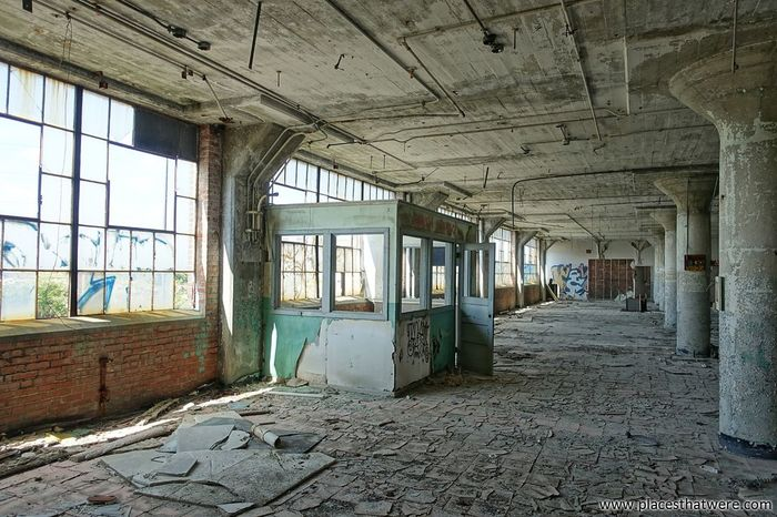 Factory Booth. http://www.placesthatwere.com/2017/11/victoreen-instrument-company.html Abandoned Places Abandoned Abandoned Buildings Abandoned & Derelict Abandoned_junkies Factory Urbex Urban Exploration Urban Exploring Cleveland Ohio Booth Decay Windows Eerie Creepy Rust Belt Abandoned Factory Urban Decay Tile Graffiti Abandonedplaces Abandoned Architecture Indoors  Built Structure Ceiling Run-down Window Bad Condition