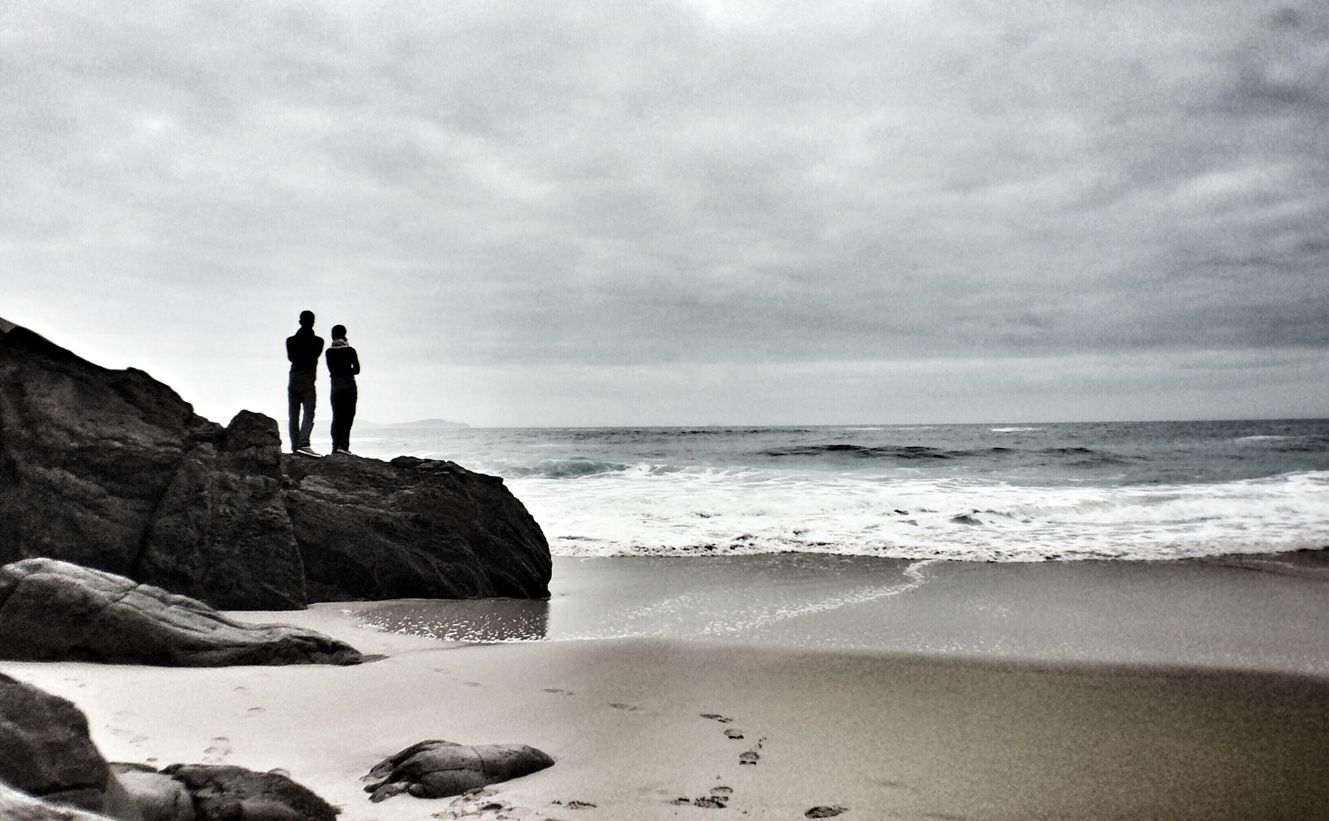 sea, horizon over water, beach, water, sky, lifestyles, leisure activity, standing, shore, men, full length, cloud - sky, silhouette, scenics, beauty in nature, tranquil scene, nature, tranquility
