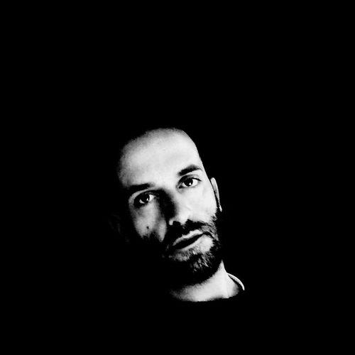 """""""Mi sono moltiplicato per sentire, per sentirmi, ho dovuto sentire tutto, sono straripato, non ho fatto altro che traboccarmi, e in ogni angolo della mia anima c'è un altare a un dio differente. (da """"Passaggio delle ore""""- Poesie di Álvaro de Campos Black & White Self Portrait Today's Hot Look Monochrome Popular Photos Hello World Poem That's Me Blackandwhite Relaxing"""