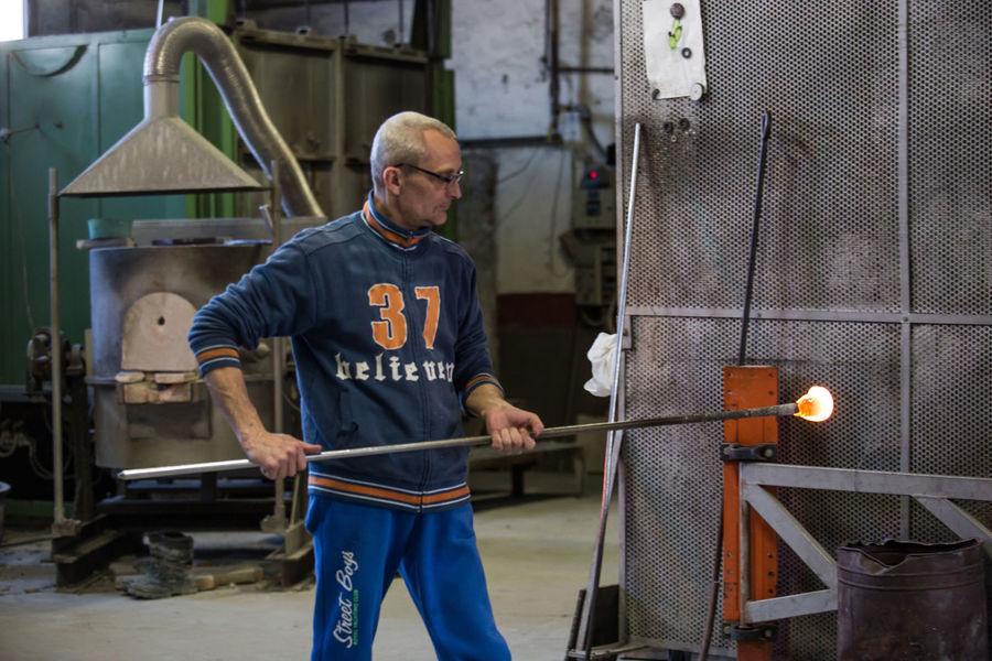 Adult Adults Only Day Factory Glass - Material Glass Factory Headwear Indoors  Industry Manual Worker Manufacturing Occupation Men Metal Metal Industry Muranoglass Occupation Occupational Safety And Health One Person People Protective Workwear Real People Standing Steel Worker Working Workshop