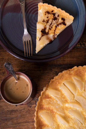Pears Quiche Birnen Quiche Chocolate Coffee Food And Drink Fork Angerichtet Background Close-up Food Food Still Life Foodphotography Fruit Gabel Indoors  Kaffee No People Piece Of Cake Quiche Ready-to-eat Sauce Table Teller Wood - Material