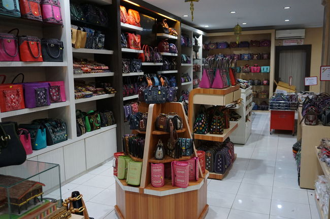Bags Choice Day For Sale Handbags Indoors  Large Group Of Objects No People Retail  Shelf Store Variation