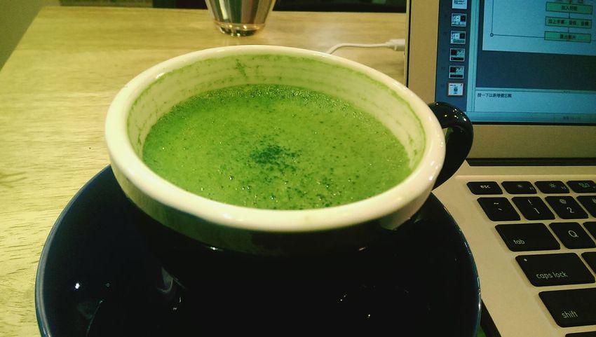 我趴在櫃檯,問老闆有什麼好喝的,他推薦抹茶歐蕾,我:「哦?好喝嗎」他:「就是抹茶牛奶啊」「...」 Mocha 絕世好歐蕾 日本抹茶粉還蠻貴的 海綿寶寶