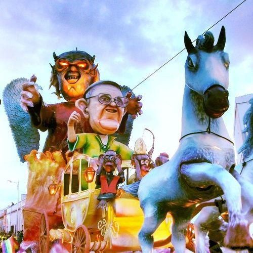 Carnevale Corsano Sfilata Carri papafrancesco chiesa cavallo diavolo prete