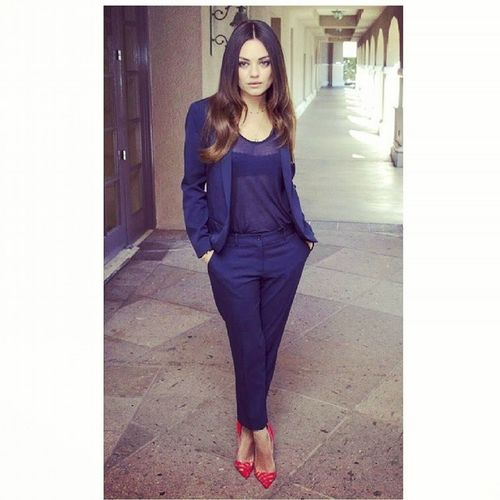 Mila Kunis looking absolutely divine in this chic work wear. So its Friday and you've been in meetings all day . then you get a phone call from one if your girls for a after work dinner or drinks invite. Wanna know how to accessorize to glamour this up for after 5? Easy .. I'll show you Milakunis Redheels Afterwork Outfitinspirations