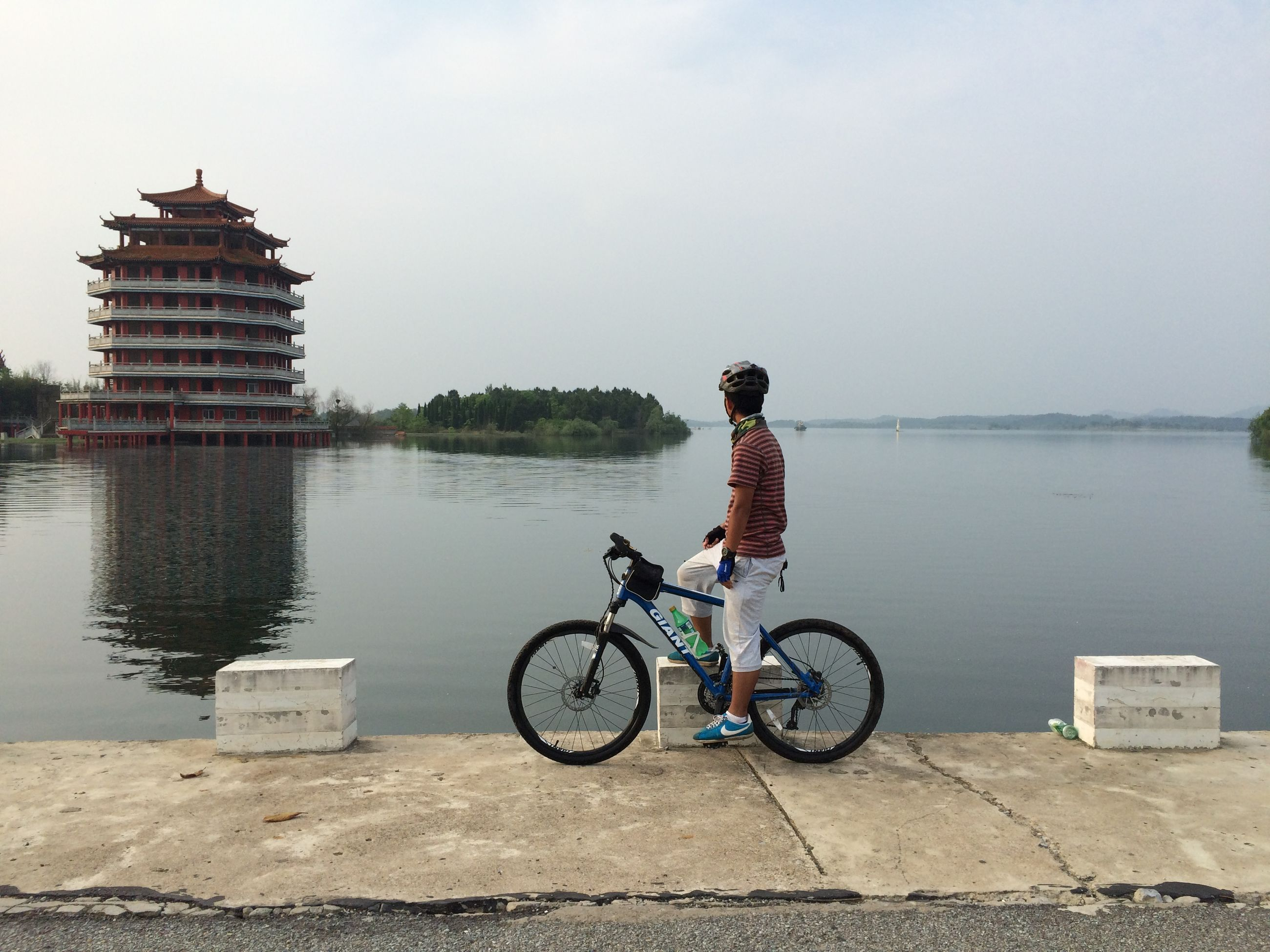 bicycle, transportation, mode of transport, water, land vehicle, riding, stationary, sky, travel, parked, full length, parking, men, lifestyles, leisure activity, side view, cycling, day