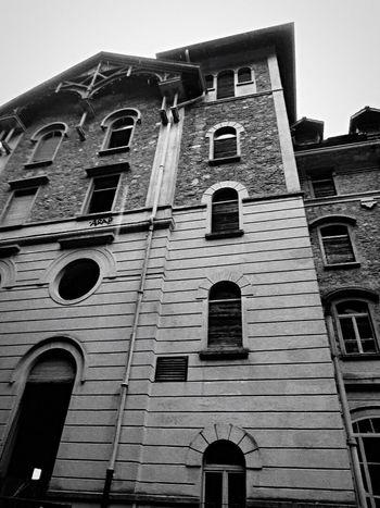 Abandoned Abandoned Places Abandoned House Abandoned Hospital Blackandwhite Houses And Windows Windows Horrorart Horrorhouse Verlassene Orte Verlassene Klinik Verlassen Schweiz Gruselig