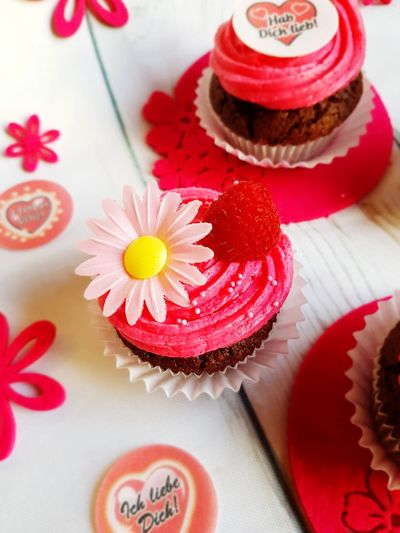 Valentinstag Muffins Valentine's Day  EyeEm Selects Sweet Food Dessert Food And Drink Celebration Indulgence Indoors  Flower Food Cake No People Red Cupcake Holiday - Event Studio Shot Temptation Freshness Close-up Ready-to-eat Flower Head Day