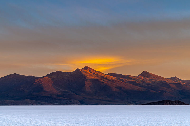 Scenic view of mountains agains sky at sunset on the uyuni salt flats, bolivia