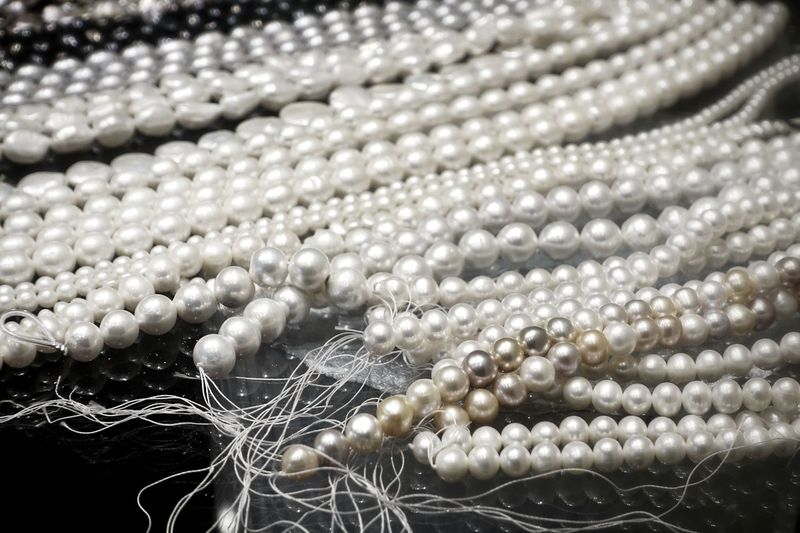 Close-up Jewelry Backgrounds No People Pearl Jewelry Full Frame Wealth Necklace Abundance Selective Focus Luxury Shiny Bead Large Group Of Objects Elégance Gift Woman Girl Wedding Valentine's Day  Rich Beautiful Silver Colored Personal Accessory Fashion Seashell Birthday Present Shining Display Bride