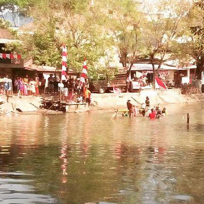 Lomba pukul guling hut RI 70 Agustusan HUTRI70 Lomba Masakecil sungai guling pukul seru surabaya agustus eastjava indonesia