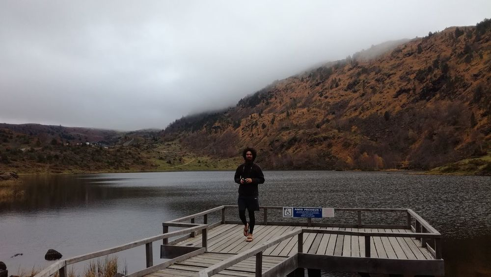 One Person Adult Standing Autumn Mountain Nature Landscape Outdoors Beauty In Nature Water Young Adult Tranquility Liberty Art Is Everywhere Respect Escape From Reality Tranquil Scene Breathing Space Pyrenees Lac Montagnes Brouillard