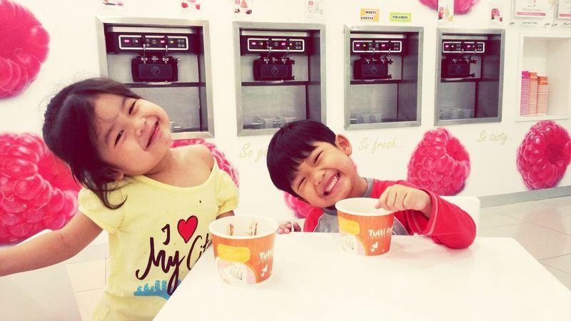 Q&Q enjoying their friday nite with tutti's ice cream.... nyum nyum♡♥♡