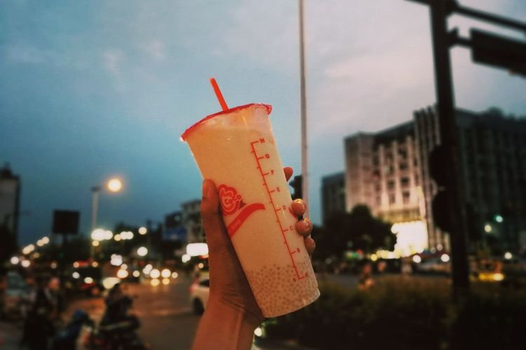Focus On Foreground Outdoors City Night Holding Drinks! Drinkup Dinkkkkkk Drinking Straw Drinking Time Drinking A Latte Drinks With Friends Human Hand Celebration Drinking! I Have A Drink