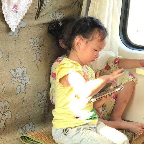 在车厢4(我见过玩手机最小的小女孩)-8月25日