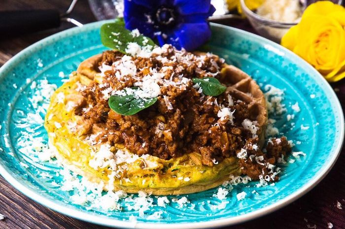 Herzhafte Waffeln mit Curry-Bolognese Gesunde Ernährung Brinner Foodblogger Tatar Bolognese Waffeln Food Ready-to-eat Food And Drink Plate Freshness Serving Size Healthy Eating