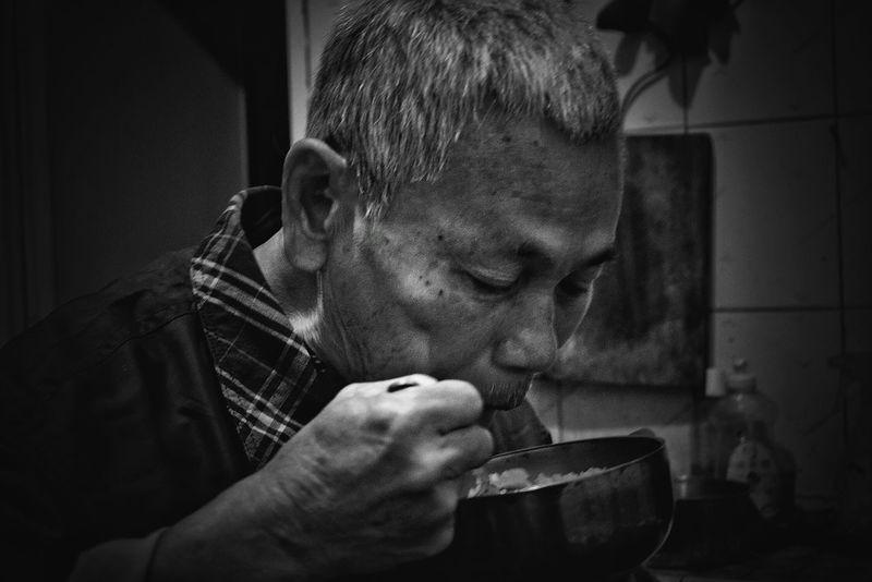郭先生...在鹿港龍山寺認識他了。他請我吃他親手做的晚餐。在他家廚房邊吃邊聽了他的身世談... 鹿港龍山寺で知り合った郭さん,自ら作った夕飯を身の上話と共にご馳走してくれました。Old Town Solitude Oldman Cooking At Home Chinese Food People People Photography Black And White Monochrome Blackandwhite Blackandwhite Photography Portrait The Portraitist - 2016 EyeEm Awards Travel Photography Travel 蔦裊裊 2016.03.29 專)yuna's 鹿港記錄 in彰化 Taiwan