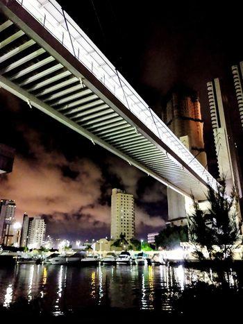 sensação! City Modern Illuminated Cityscape Skyscraper Bridge - Man Made Structure Road Urban Skyline Water Car