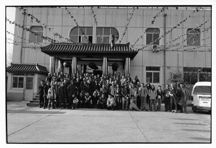 宋庄十年活动结束后,艺术家在酒店门口合影留念。这是04年前,宋庄艺术家人数最多的合影。其时入住宋庄的艺术家不过3、4百人。2004年。 1613 5093 10909308 12820764