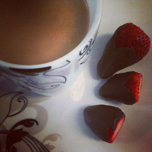 Quiet moments at home enjoying homemade goodies. Chocolatecoveredstrawberries @starbucks Casicielo Life