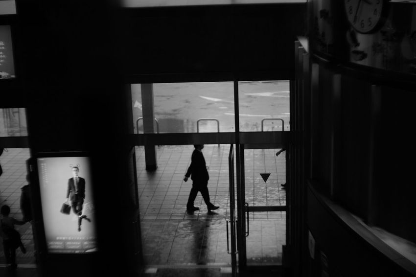 Air-walks Vintage Lenses Pancolar 50mm F2 Light And Shadow Carl Zeiss Jena Fuji X-T1 FUJIFILM X-T1 Black And White Photography Peoplephotography Get Inspired At The Station