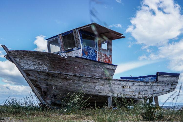 Abandoned boat on seashore