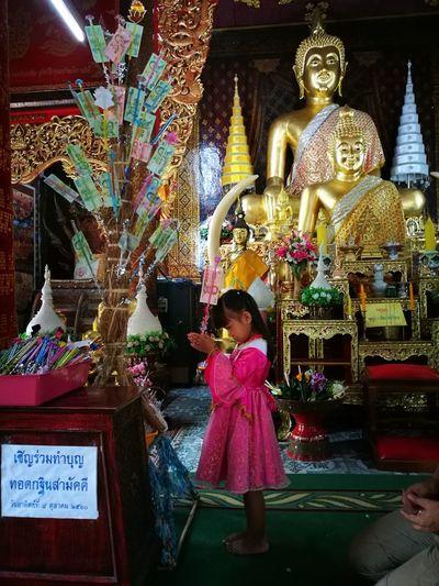 เด็กหญิง วัด เด็กน้อย พระพุทธรูป ทำบุญ Full Length Spirituality Place Of Worship Religion Statue First Eyeem Photo