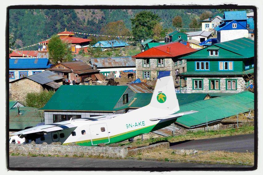 Himalaya Nepal Lukla AMPt - My Perspective Eine Dornier startet gerade in Lukla zum Flug nach Kathmandu