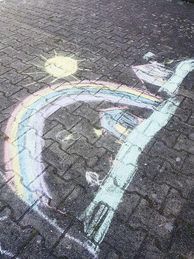 wenn kinder zu künstler werden Oil Spill Multi Colored Powder Paint Road Textured  Paint Asphalt Chalk Drawing Street High Angle View Handprint