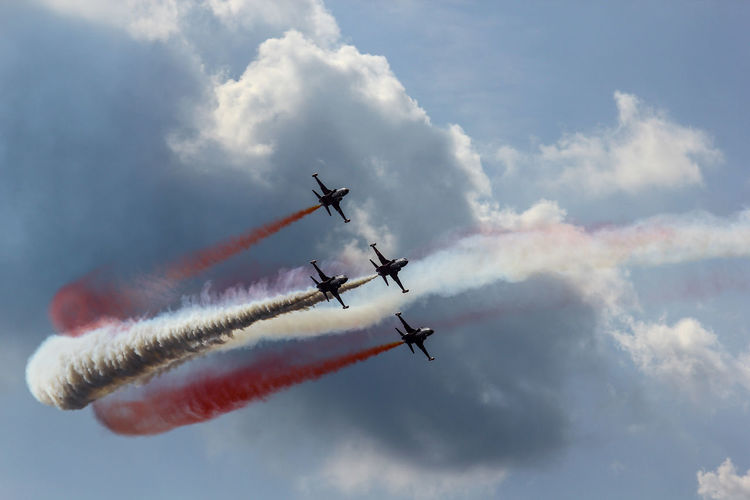 Vapor Trail Aerobatics Fighter Plane Airshow Stunt Airplane Teamwork Flying Air Force Performance Military Parade Annual Event Moving Acrobat Aircraft Wing Air Vehicle Formation Flying Jet Engine Airplane Wing Acrobatic Activity